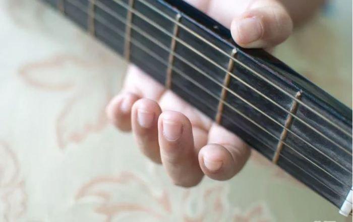 Pegang Gitar dengan Benar