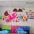 menghias kelas menggunakan wallpaper dinding