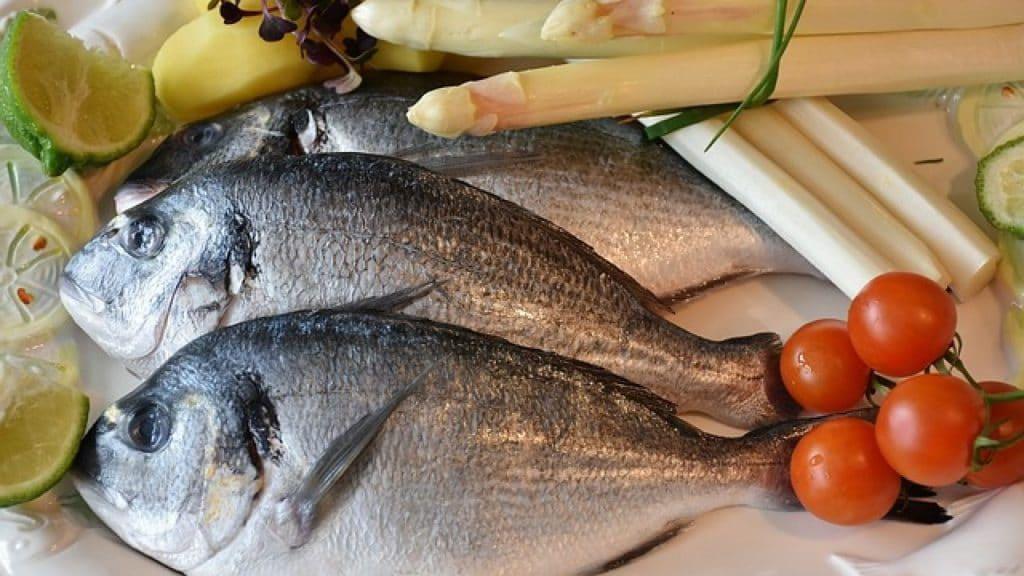 merendam ikan dengan bumbu yang pas