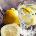 Не только модно, но и полезно: почему стоит пить воду с лимоном каждый день?
