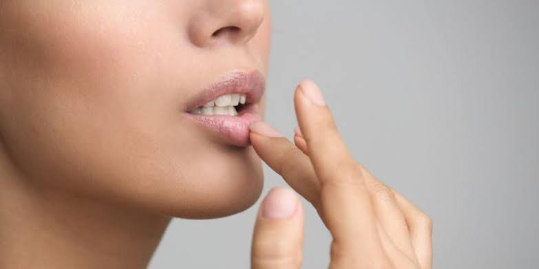 mengatasi masalah bibir hitam dan memerahkannya