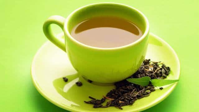 menggunakan teh hangat dan madu